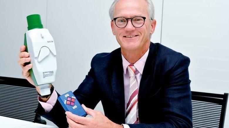 Vorzeige-Produkt: Jochen Knake mit Nolta-Stecker und Fernbedienung. Foto: Scheffler