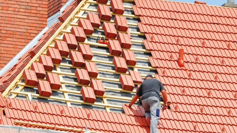 Frische Ziegel aufs Dach: Das hält dann wieder Jahrzehnte – kostet aber erstmal viel Geld. Foto: Adobe Stock