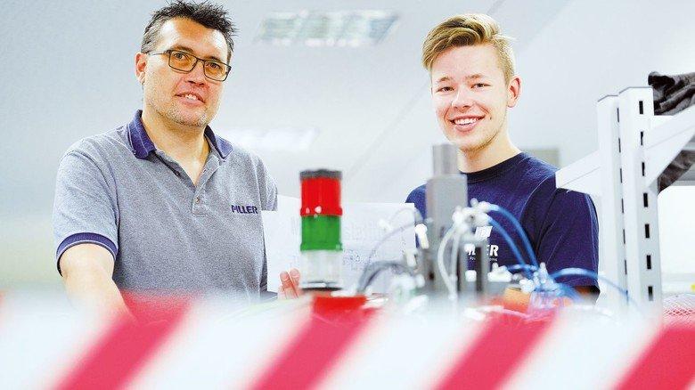 Tipps für den Berufsstart: Ausbildungsleiter Jens Beushausen (links) und Azubi Moritz Coesfeld.