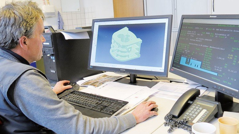 Am Rechner: Reinhardt Koch entwickelt ein Formwerkzeug.