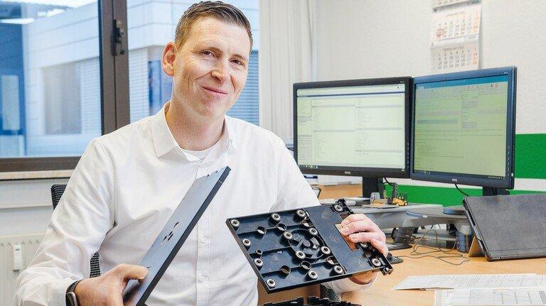 Vertrieb im Livestream: Tim Eltze bespricht Produkte mit Kunden heute übers Web, wie dieses Bauteil für einen Lithium-Ionen-Akku.