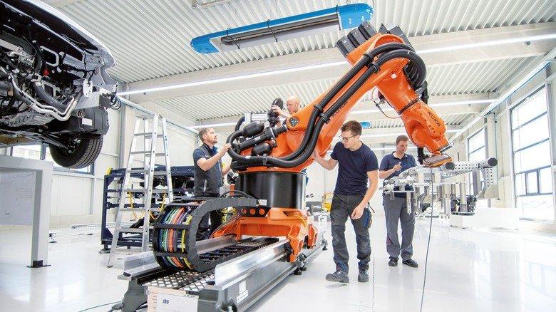Letzte Hand angelegt: Der Roboter wird auf seinen Einsatz in der Automobil-Industrie vorbereitet.