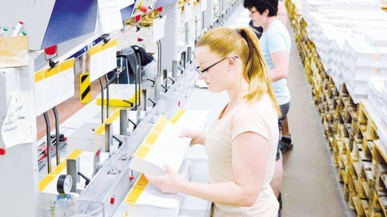 Hochflexible Arbeit: Je nach Umfang einer Publikation arbeiten an dieser Linie bis zu sieben Mitarbeiterinnen. Foto: Scheffler