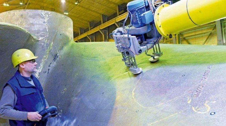 Punktlandung: Reymond Tietz überwacht die Arbeit des Roboters. Foto: Augustin