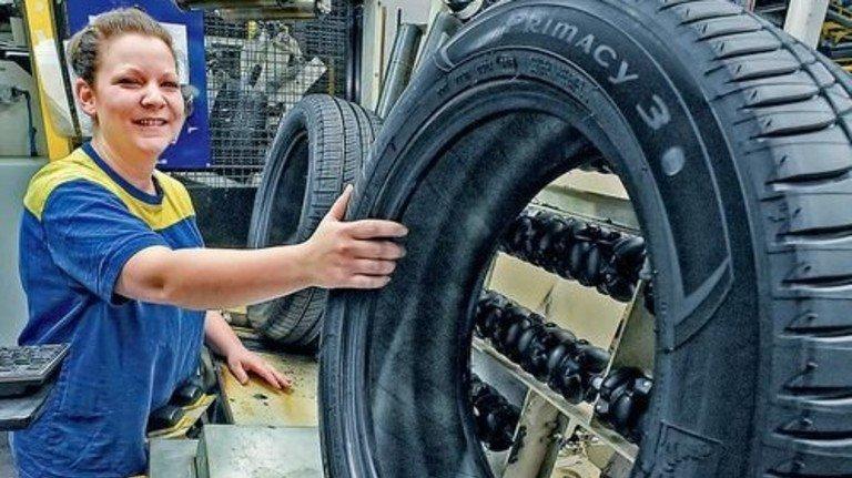 Ihr entgeht nichts: Nathalie Zeitz bei der Reifenkontrolle. Foto: Sandro