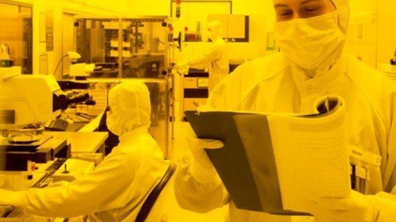 Ganz in Gelb: Philipp Wode in der Düsenfertigung mit fotoempfindlichem Lack. Foto: Werk