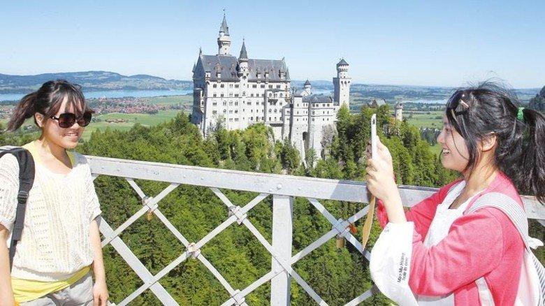 Neuschwanstein: Das Märchenschloss von Ludwig II. ist besonders bei Asiaten beliebt. Foto: dpa