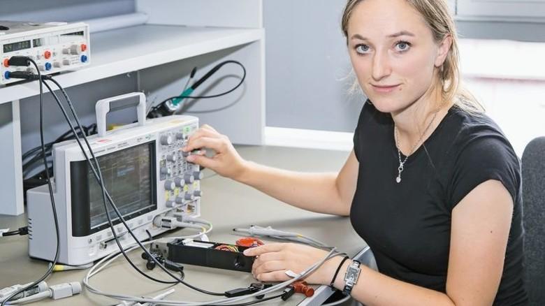 Ingenieurin: Melissa Joos testet die Signale eines Sicherheitsschalters. Foto: Mierendorf