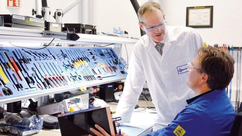 In Ordnung: Ulrich Raab und Mitarbeiter Stefan Kilp bei Reparaturarbeiten. Foto: Scheffler