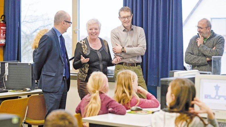 Freut sich riesig: Schulleiterin Veronika Holzapfel dankt den Spendern. Foto: Ahrens