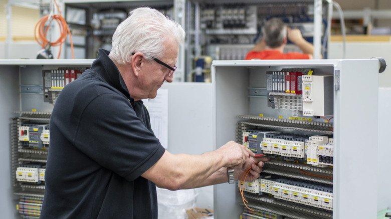 Traditionelles Geschäft der Wiehler: Stefan Zühlke verdrahtet einen Schaltkasten.