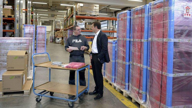 Gut sortiertes Lager: Volker Roßman, Geschäftsführer von Eltek Deutschland in Frankfurt, im Gespräch mit Logistikmitarbeiter Andreas Warner (links).