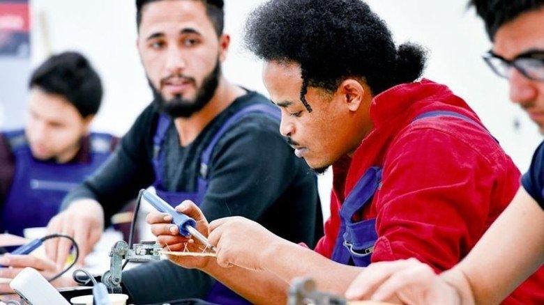 In der Werkstatt: Junge Leute bereiten sich auf die Lehre vor. Foto: dpa