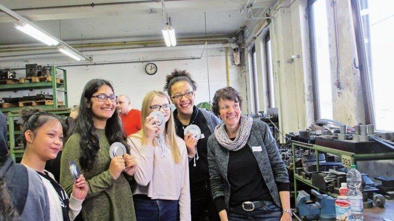 """So fühlt sich Metall an: Das Bremer Unternehmen Dreiha, Spezialist für  Heizungs-, Lüftungs- und Klimatechnik, nahm an der """"MINT-Tournee"""" teil. Foto: Werk"""