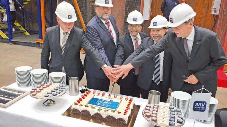 Teamwork: Die Torte zum Baustart wurde gemeinsam mit den asiatischen Geschäftspartnern angeschnitten. Mit dabei: Wirtschaftsminister Harry Glawe (Zweiter von links). Foto: von Frentz