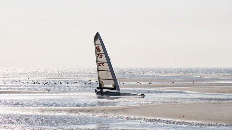 Jede Menge Wind: Wenn im Herbst die Sommergäste abgereist sind, haben die Strandsegler freie Fahrt. Foto: Tourismus-Zentrale St. Peter-Ording
