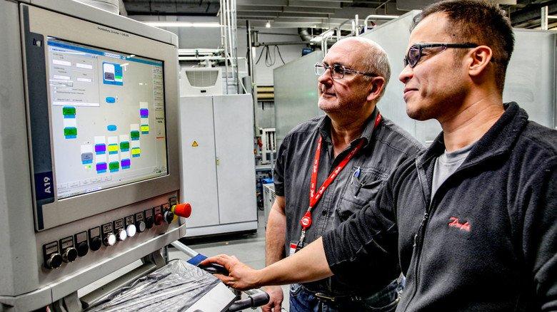 Gutes Team: Abdul Karim Rezayi (rechts) mit Teamleiter Holger Wirschke in der Produktion von Danfoss Power Solutions.