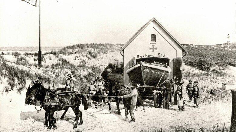 """Historische Aufnahme: Auf der DGzRS-Station Borkum Süd wird das Rettungsboot """"Otto Hass"""" startklar gemacht."""