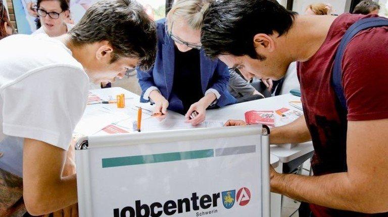 Hilfestellung: Ausbildungsmesse speziell für Flüchtlinge in Schwerin. Foto: dpa