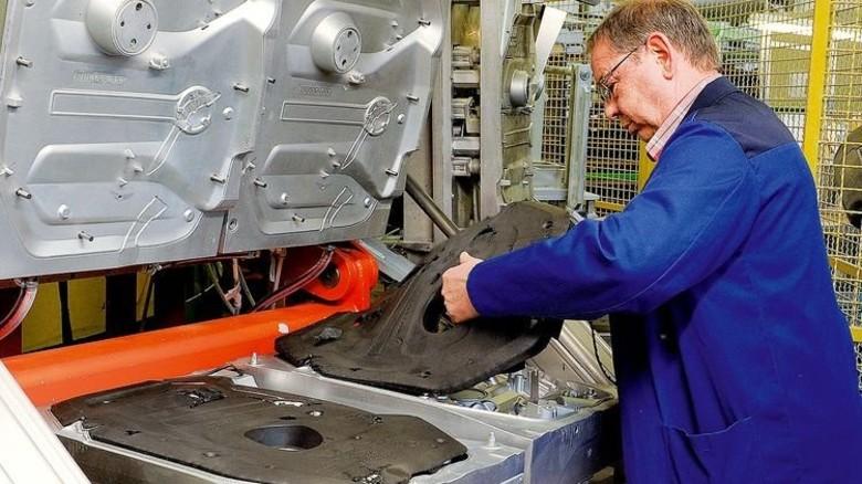 Jeder Handgriff sitzt: Meister Theo Fischbach löst fertige Teile aus der Maschine. Foto: Wirtz