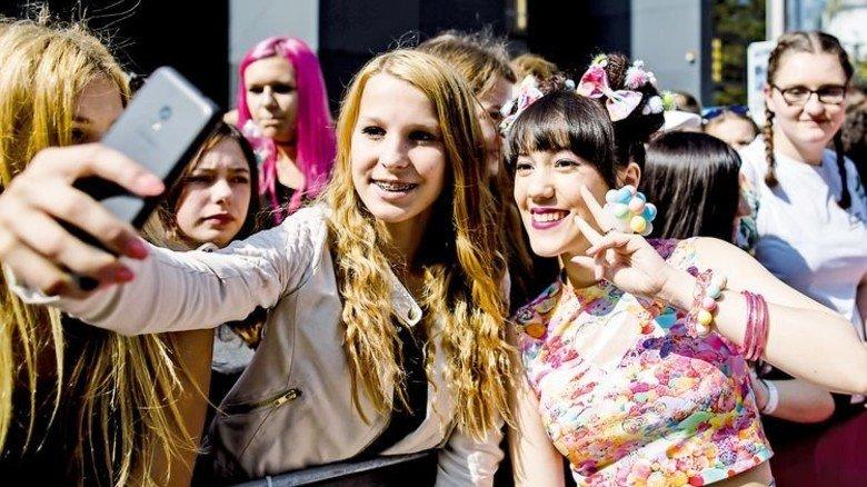 Kreisch! Teenies himmeln die Stars an: So auch Beauty-Bloggerin Melissa Lee (rechts). Foto: dpa