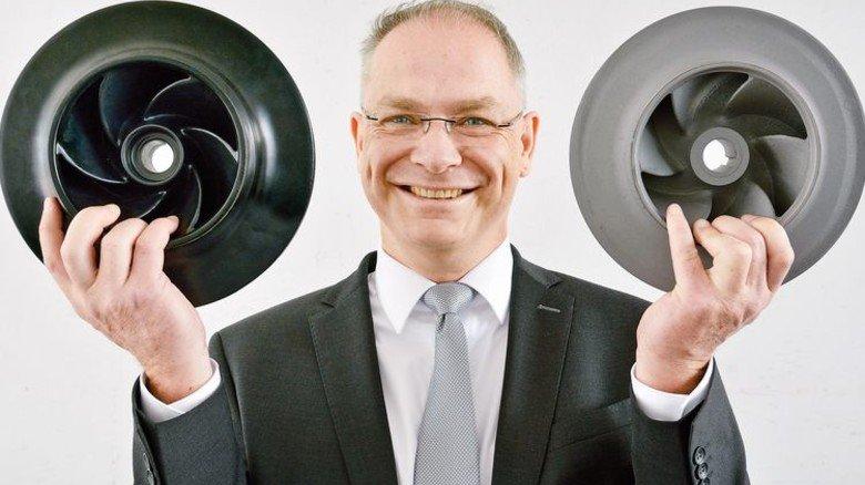 Stolzer Entwicklungschef: Lars Runte mit veredeltem (links) und unbeschichtetem Pumpenlaufrad aus Grauguss. Foto: Scheffler