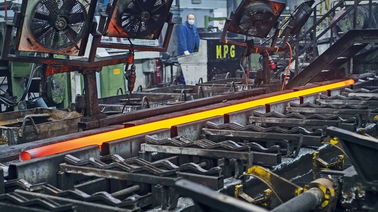 Energieintensiv: Aus glühenden Blöcken werden die bis zu 30 Meter langen Rohre gezogen – bei möglichst geringem Materialverlust.