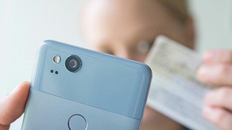 Mit seinem Personalausweis kann man sich im Internet identifizieren. Immer mehr Dienste nehmen beispielsweise am Foto-Ident-Verfahren teil.