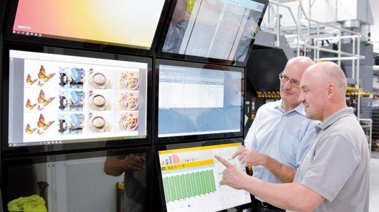 Ein Fadenzähler ist nicht mehr nötig: Rüdiger Lindner und Steffen Blankenburg (von links) bei der Kontrolle per Monitor. Foto: Scheffler
