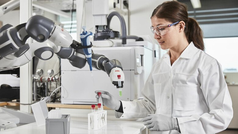 Teamwork: Cobots übernehmen schwere oder monotone Tätigkeiten wie hier in einem Labor, um den Menschen zu entlasten.