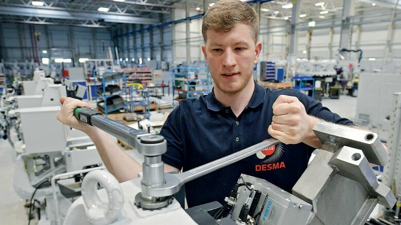 Vormontage: Industriemechaniker Henner Meyer an einer Einzelstation.