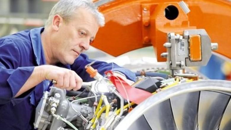 Zusatzgeschäft: Ein Mitarbeiter des Triebwerkherstellers MTU bei der Wartung. Foto: Werk