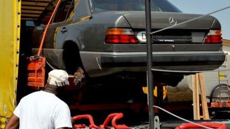 Und Tschüss: Große Limousinen wie dieser alte Benz sind besonders in Afrika gefragt. Foto: dpa