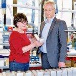 Gespräch in der Leuchtenproduktion: Mitarbeiterin Renate Hofmann und Scharmann. Foto: Scheffler