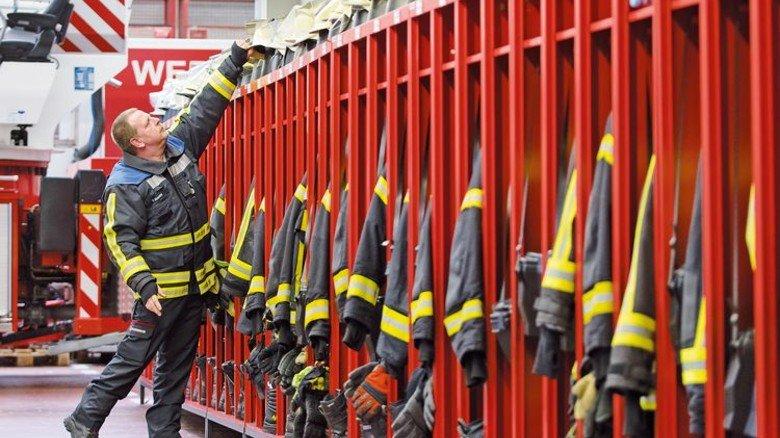 Ausrüstung: Jeder Feuerwehrmann hat in der Wache seinen Spind. Foto: Eppler