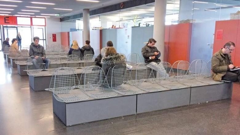 Zeitintensiv: Weil die öffentliche Verwaltung überlastet ist, müssen die Bürger für Behördengänge zuweilen viel Geduld mitbringen. Foto: Imago