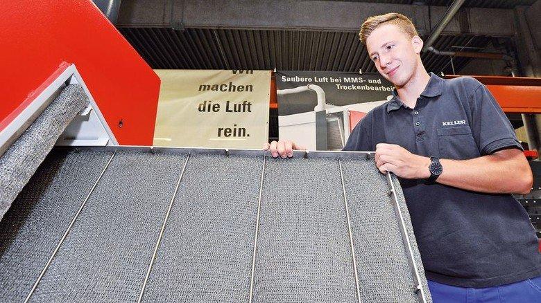 Filterwechsel: Servicetechniker Steffen Rehm zeigt, wie es geht. Foto: Mierendorf