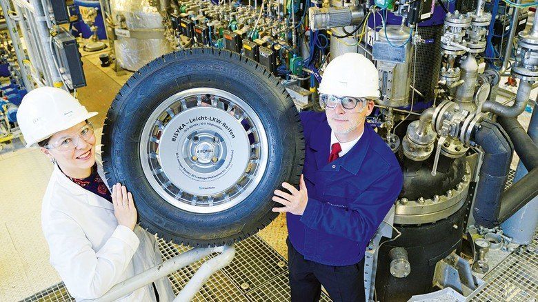 Geschafft: Marlen Malke und Ulrich Wendler präsentieren einen Lkw-Reifen mit einer Lauffläche aus synthetischem Kautschuk.