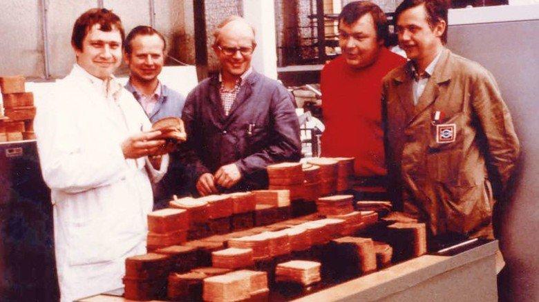 Rückblick: Das Bild aus den 70er Jahren zeigt Desma-Techniker an einem Brotschneidegerät. Foto: Desma Schuhmaschinen