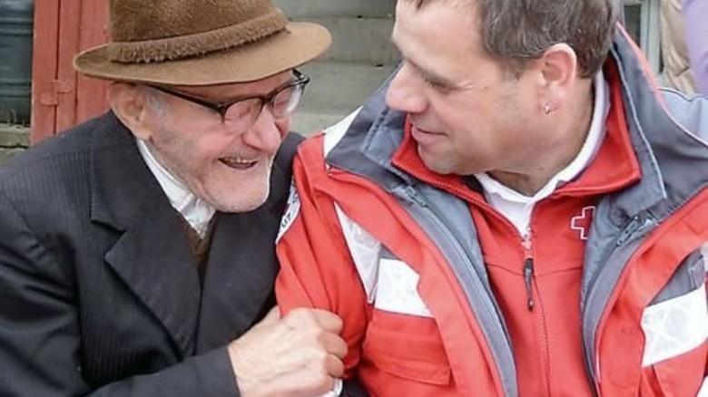 Ebenfalls engagiert: Conti-Mitarbeiter Stefan Meyer (rechts), mit Herrn Gregori. Foto: Continental