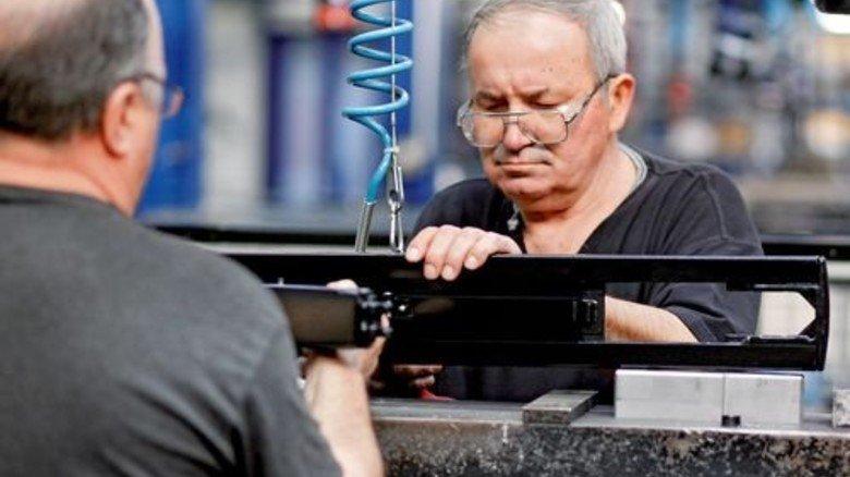 Team: Zoran Spasic (rechts) und Werner Voß montieren Rungen für Lkw-Aufbauten. Foto: Derian