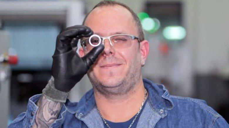 Mann mit Durchblick: Nach seiner Metaller-Ausbildung macht Kai Krüger jetzt seinen Techniker. Foto: Nougrigat