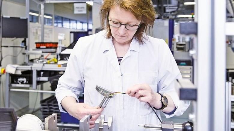 Intelligenz für Haushaltsgeräte und Fahrzeuge: Die Firma Seuffer produziert in Calw Sensoren, … Foto: Eppler