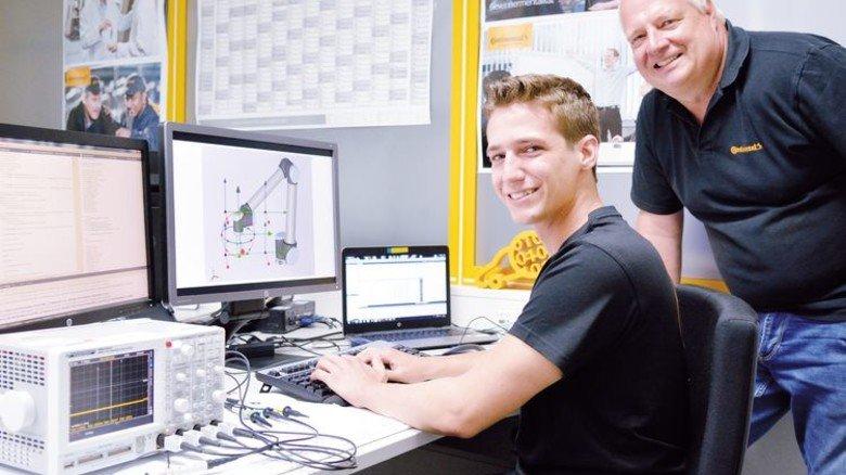 Begeisterter Programmierer: Simon Hay (links) mit Ausbildungsleiter Wolfgang Michel bei Continental in Babenhausen. Foto: Scheffler