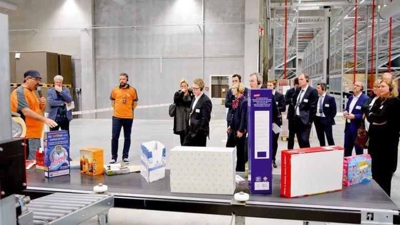 Rundgang: An zehn Stationen erklären Mitarbeiter den rund 400 Gästen die Produktionsprozesse. Foto: Scheffler