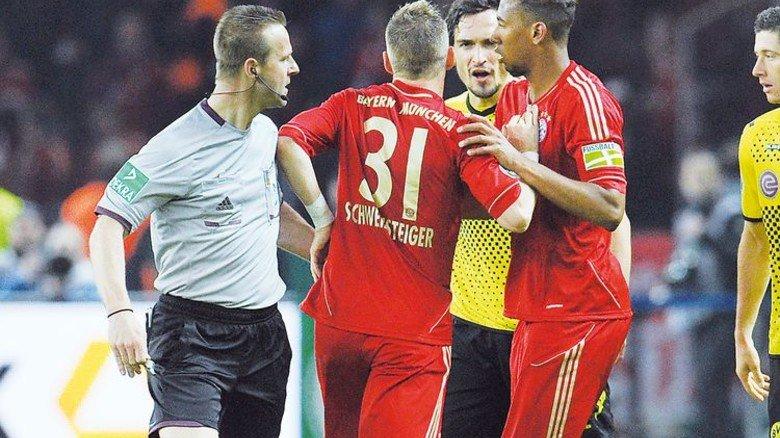 Pokalspiel: Peter Gagelmann klärt beim DFB-Finale Bayern-Dortmund am 12. Mai 2012 eine Situation mit Bastian Schweinsteiger, Mats Hummels und Jérôme Boateng (von links). Foto: GES/Helge Prang