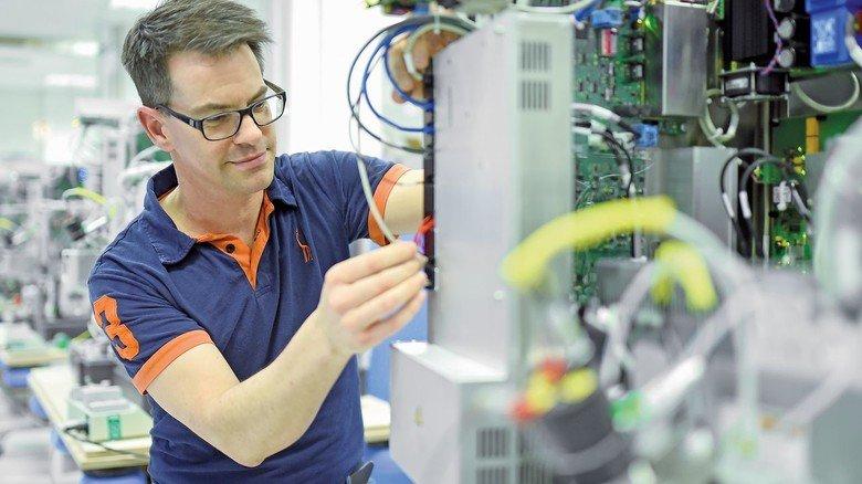 Letzte Kontrolle: Mikrosystemtechniker Stefan Simmel überprüft ein fertiges Massenspektrometer, bevor es zum Kunden gesendet wird.