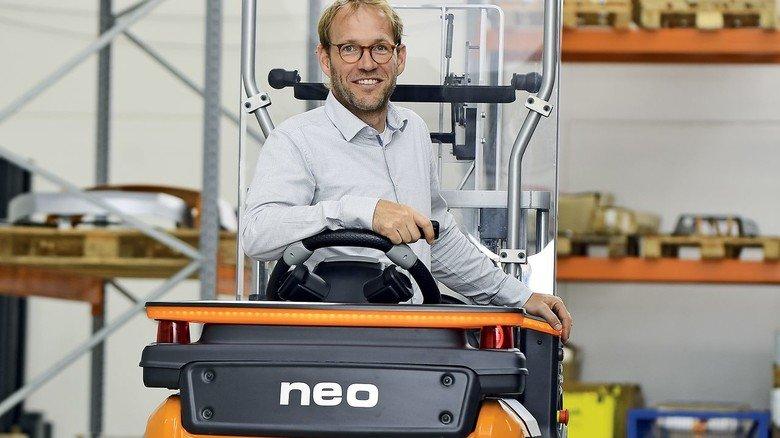 Am Steuer: Still-Ingenieur Tino Krüger-Basjmeleh auf dem smarten Fahrzeug.