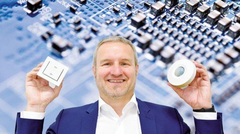 Innovativ: Thomas Jäger will mit Funk- und Schaltertechnik auch alte Gebäude unkompliziert für die digitale Zukunft fit machen. Fotos: Scheffler, Adobe Stock