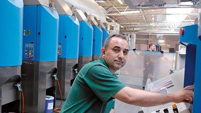 Moderne Technik: Die von Cengizhan Öztürk bediente Maschine bedruckt und stanzt pro Stunde 5.000 Quadratmeter Wellpappe. Foto: Scheffler
